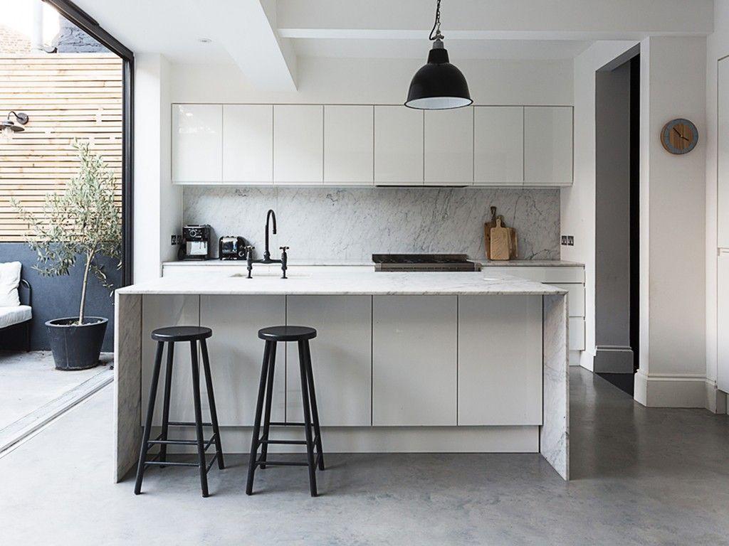 Cozinha Preta E Branca Com Lumin Ria Industrial E Abertura Para A