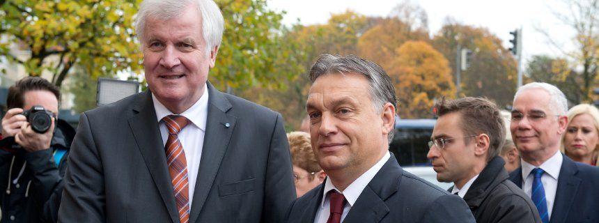 """Streit über Flüchtlingspolitik: Seehofer wettert gegen Merkel - und lädt Orbán ein  Ministerpräsident Seehofer Orbán (2014): """"Ich sehe keine Möglichkeit, den Stöpsel wieder auf die Flasche zu kriegen"""""""