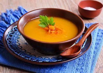 Diese Kürbissuppe ist energiearm und deshalb perfekt geeignet um sich daran satt…