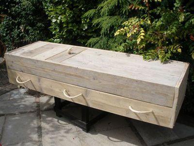Uitvaartkist van steigerhout met 2-delige deksel en 6 handvatten van touw