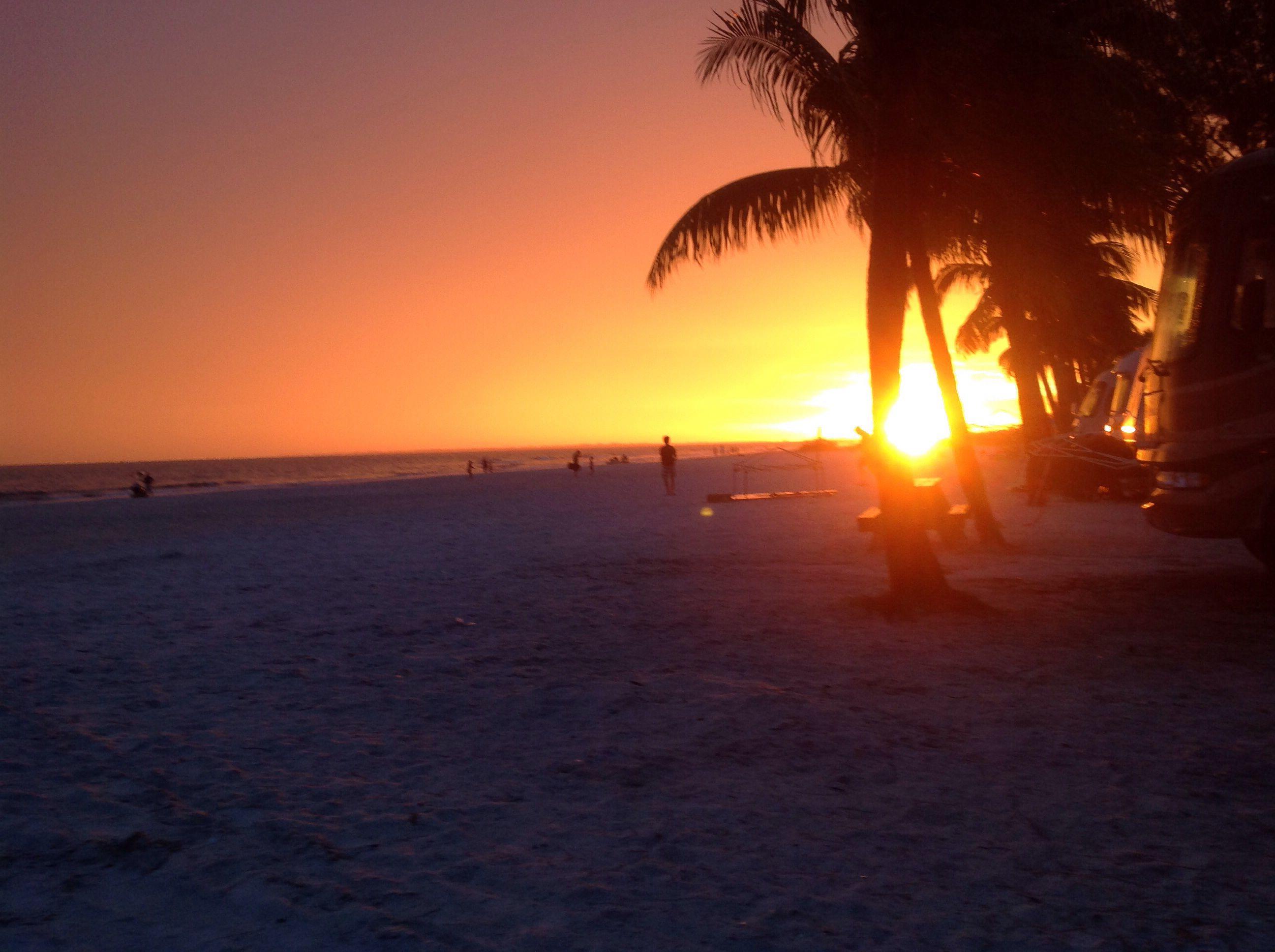 Zonsondergang op Red Coconut Campground aan de Golf van Mexico in Fort Myers Beach Florida is de ultieme overnachtingsplek. Tip: Reserveer een plek aan het strand!