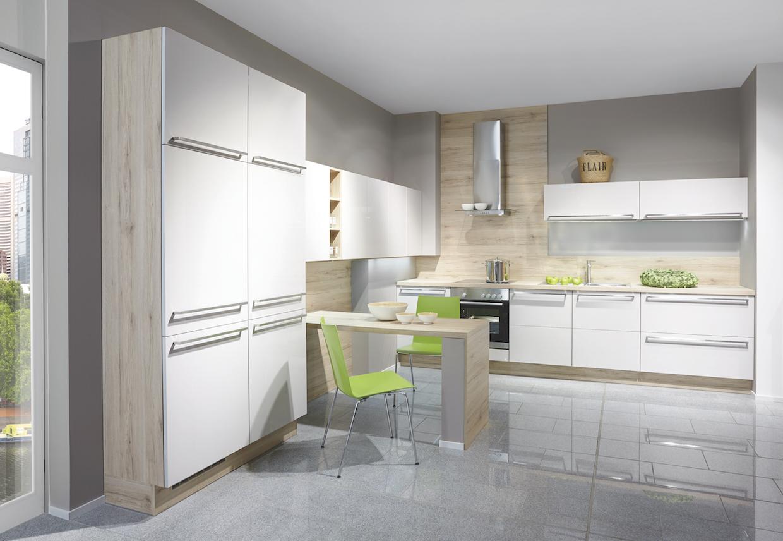Dans cette cuisine blanche avec rev tement bois la for Cuisines blanches laquees