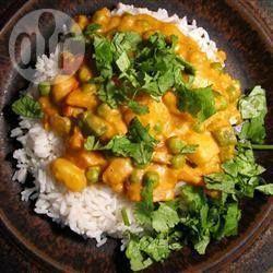 Een eenvoudige, exotische curry, vol en romig, mild gekruid en met ontzettend veel smaak. Serveren met naanbrood of rijst.