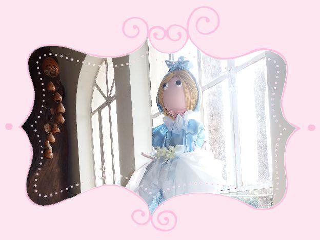 Bonecas produzidas em acrílico medindo 1, 05 cm, com motivos variados é própria para decoração de interiores. Acompanha detalhes para compor a cena!
