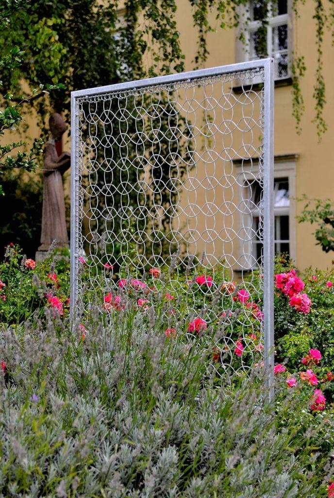 Securo Lace Fence inmitten von Rosen und Lavendel eingebettet. Ein wundervolles Accessoire im Garten!