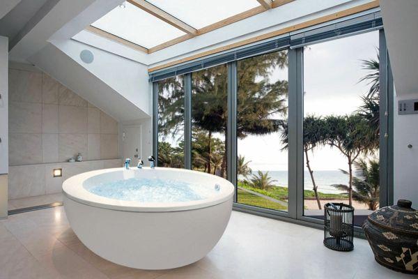 Fenster Badezimmer ~ Runde badewanne freistehend modernes badezimmer fenster badewanne