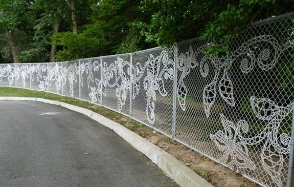 This Is Done With Woven Wire But I Wonder If Something Similar Could Be Done Without Having To Reweave The Fence Zaun Kunst Utopische Strassenkunst Und Strassenkunst