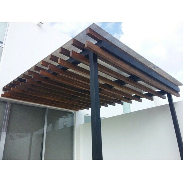 P rgola de estructura met lica y largueros de madera de for Laminas para techos interiores