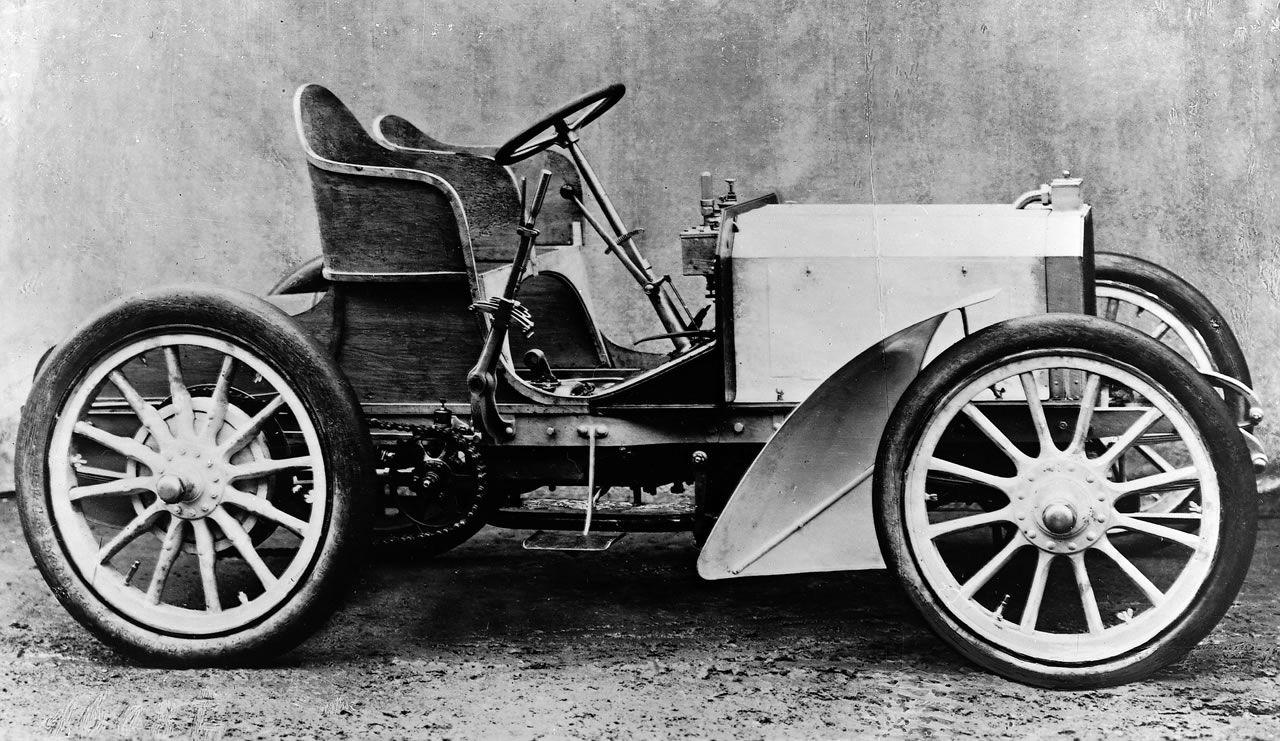 Primer Mercedes de la casa Daimler, 1901. Wilhem Maybac y Paul Daimler.
