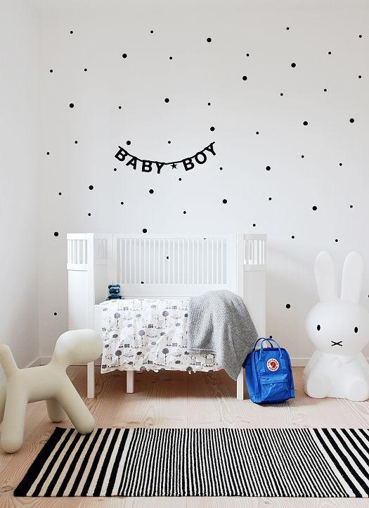 Inrichting Babykamer Muur.Mooi Wit Ledikantje Voor De Jongens Babykamer Leuke Zwarte Stippen