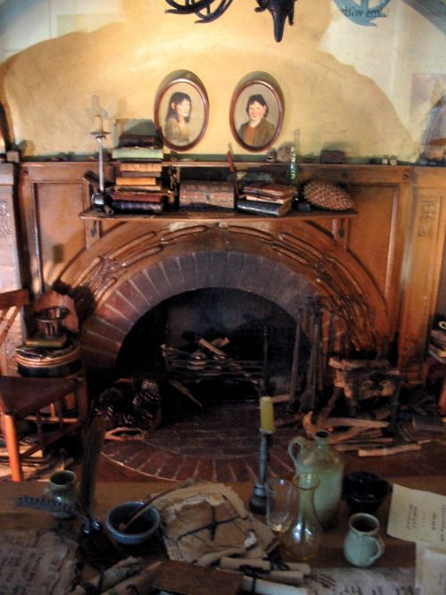 Close up of the fireplace in bag ends living room lord of the rings casas chimenea for Naomi in the living room script