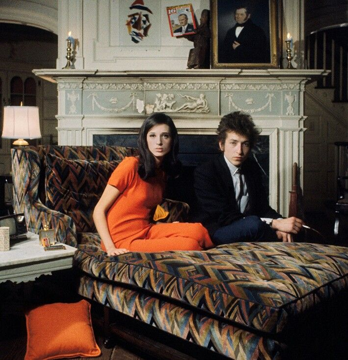 "BOB DYLAN & SALLY GROSSMAN by Daniel Kramer. ""Bringing it All Back Home"" photoshoot. Archival pigment print.   Dylan, Bob dylan, Joan baez"