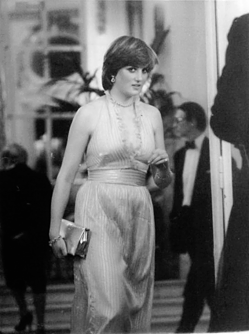 Lady Diana Spencer attend Princess Margaret's 50th birthday party àt