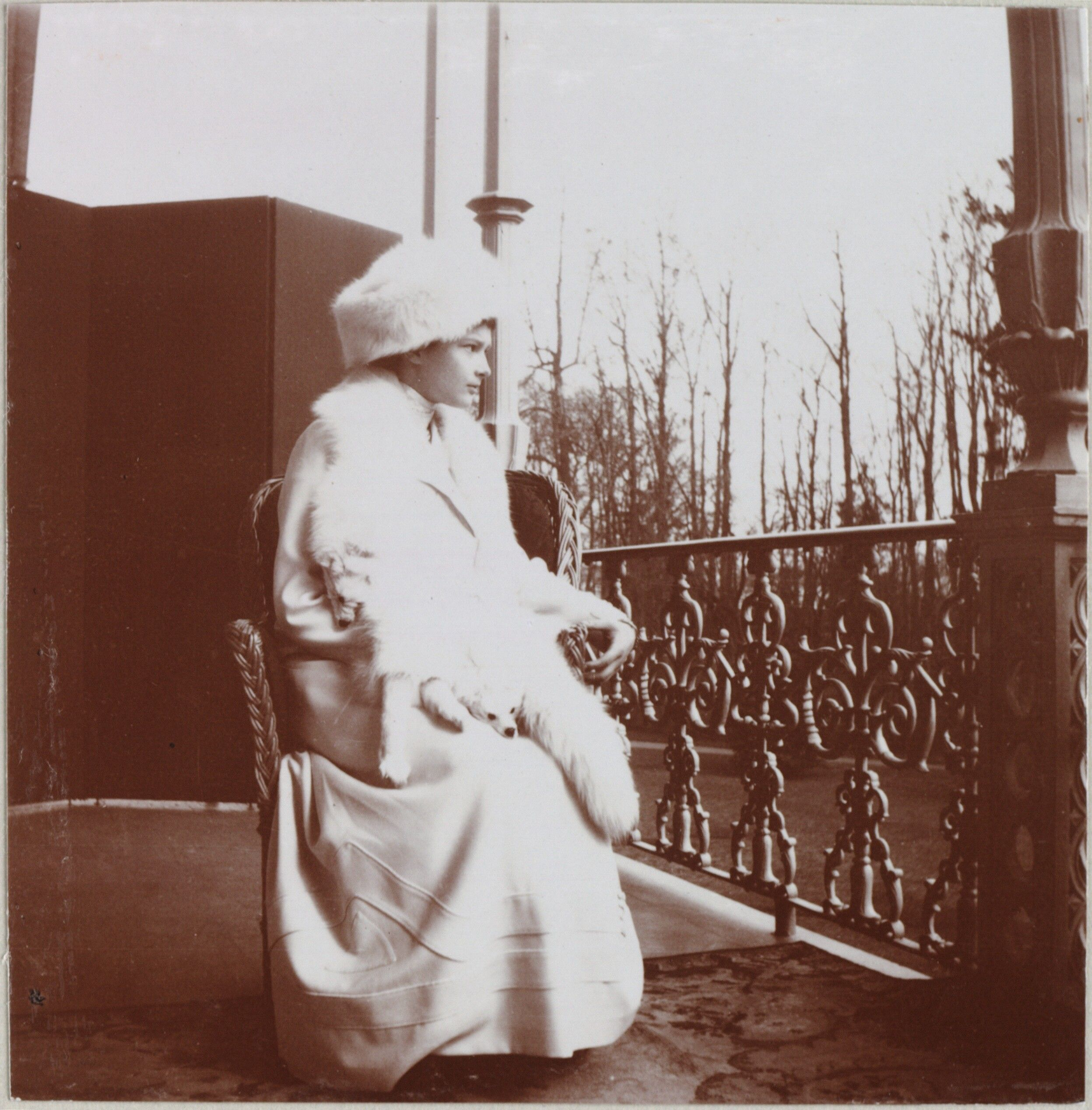 Tsarskoe Selo, Palácio de Alexandre, inverno 1912-1913: Grã-duquesa Tatiana sentada na varanda da Imperatriz.
