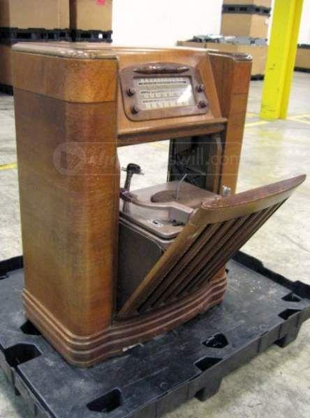 1947 Philco Radio Phonograph In Art Deco Cabinet