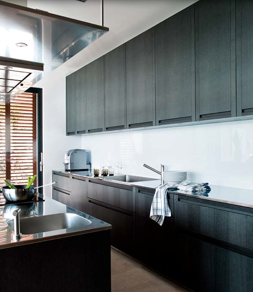 reforma cocina con muebles e isla para fregadero y zona de cocción, color carbón