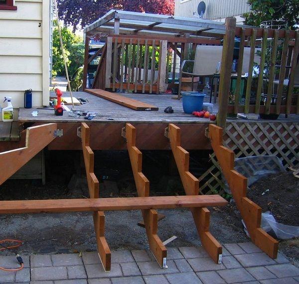 Jardin avec terrasse pour le bois d\'escalier du bâtiment ...