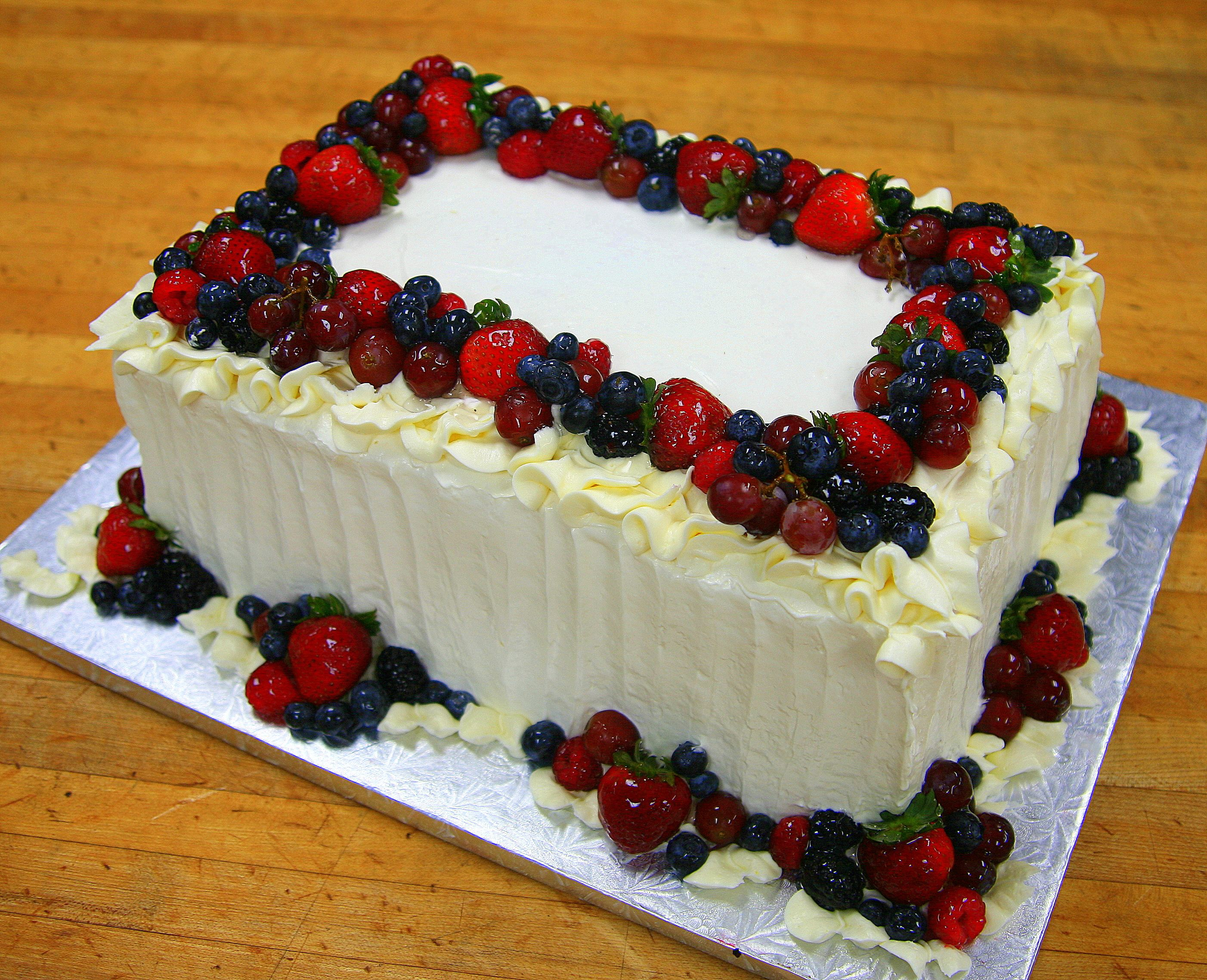 white cake with fresh fruit in 2019 | Strawberry cake ...
