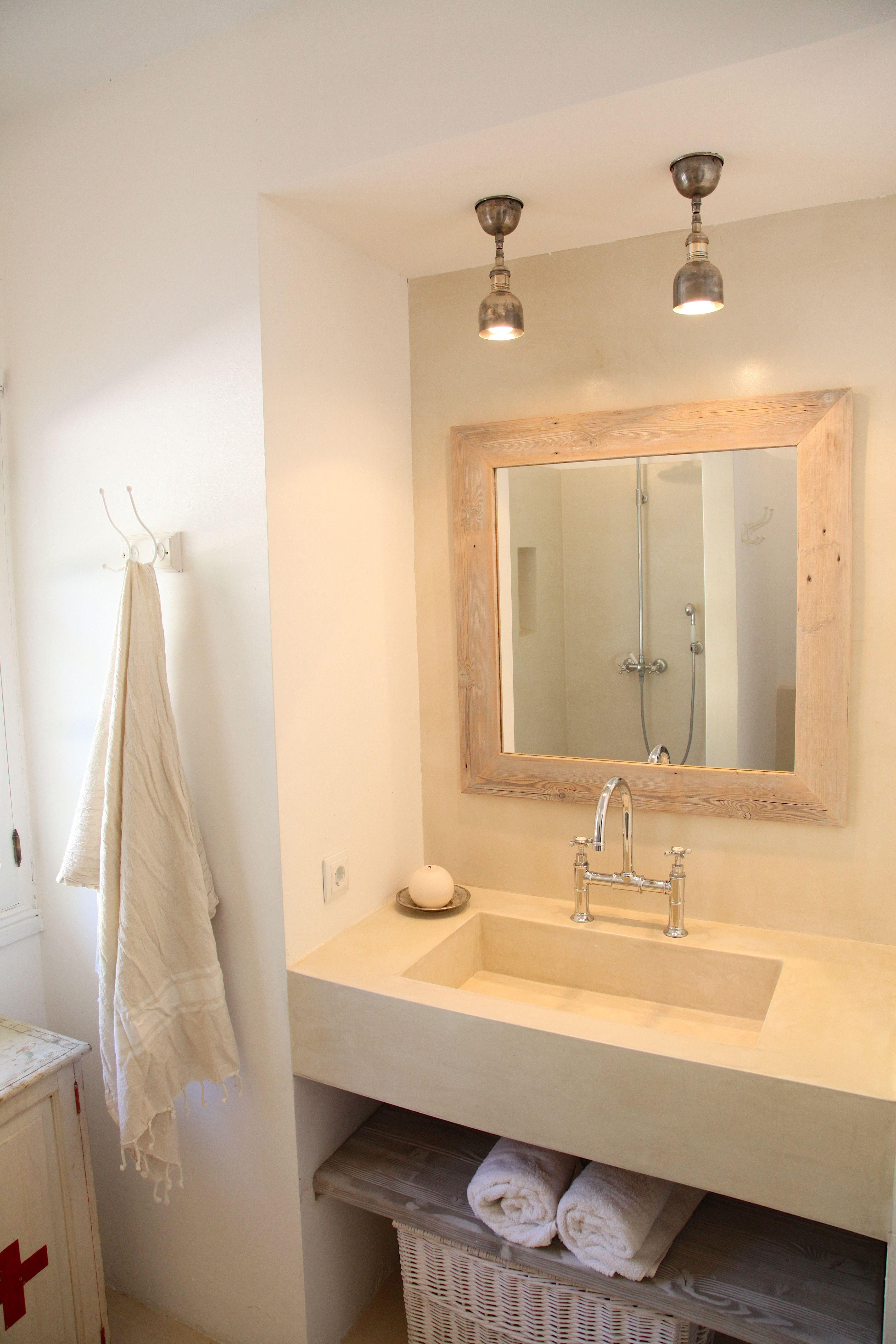 stilvoll eingerichtetes badezimmer barefoot living by til schweiger bad spiegel. Black Bedroom Furniture Sets. Home Design Ideas