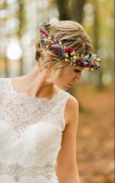 ca908002a3178 ナチュラルな花冠スタイル♡ ショートヘアで作るウェディングドレスに合う髪型一覧。ウェディングドレス・カラードレス・花嫁衣装の髪型まとめ。