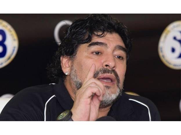 Maradona trató de traidor a Riquelme y defendió a Scioli  Foto: Diario Uno   Leé la nota completa en www. pilarenlaweb .com.ar