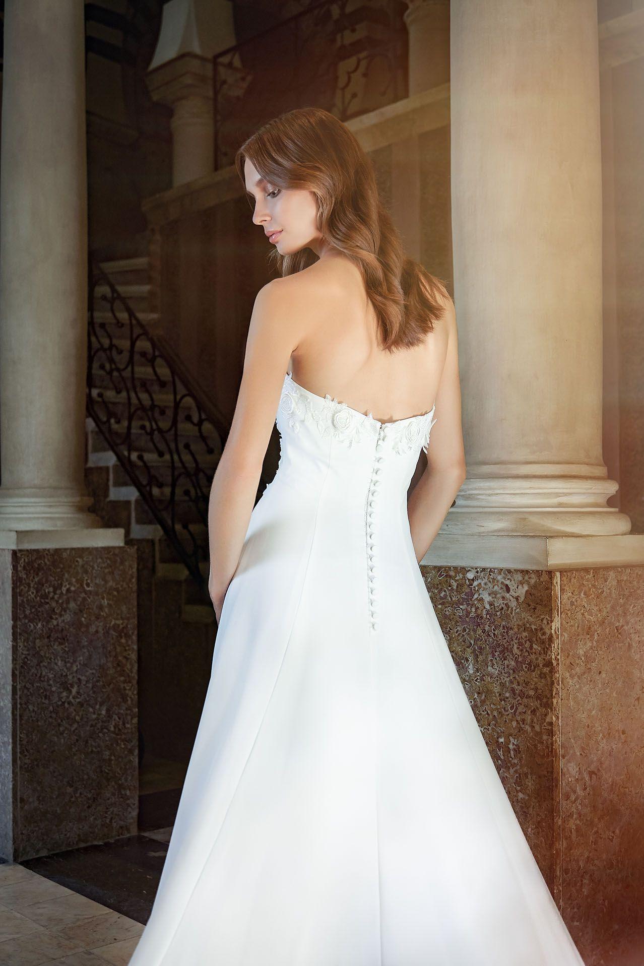 MODELLO SB 2018 Stupendo abito da sposa in cady con applicazione ad effetto  3D di rose 0f85bb09f2c