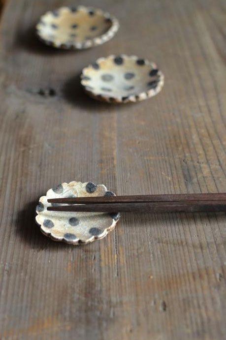 sunny-craft人気商品のシリーズ はしおき きせと釉 ドット になります。オリジナルのきせと釉にドット柄を手描きであしらいました。大中小のセットになり...|ハンドメイド、手作り、手仕事品の通販・販売・購入ならCreema。