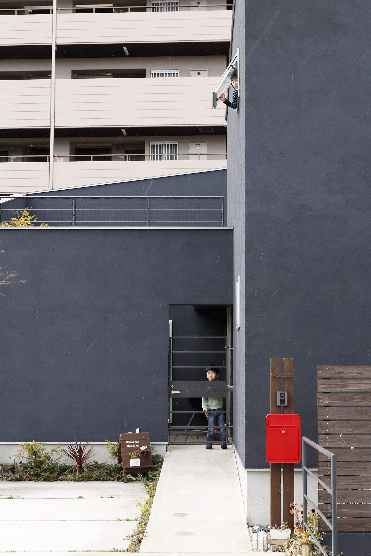 黒いハコに映える赤いポスト 玄関アプローチ 家 外観 エントランス