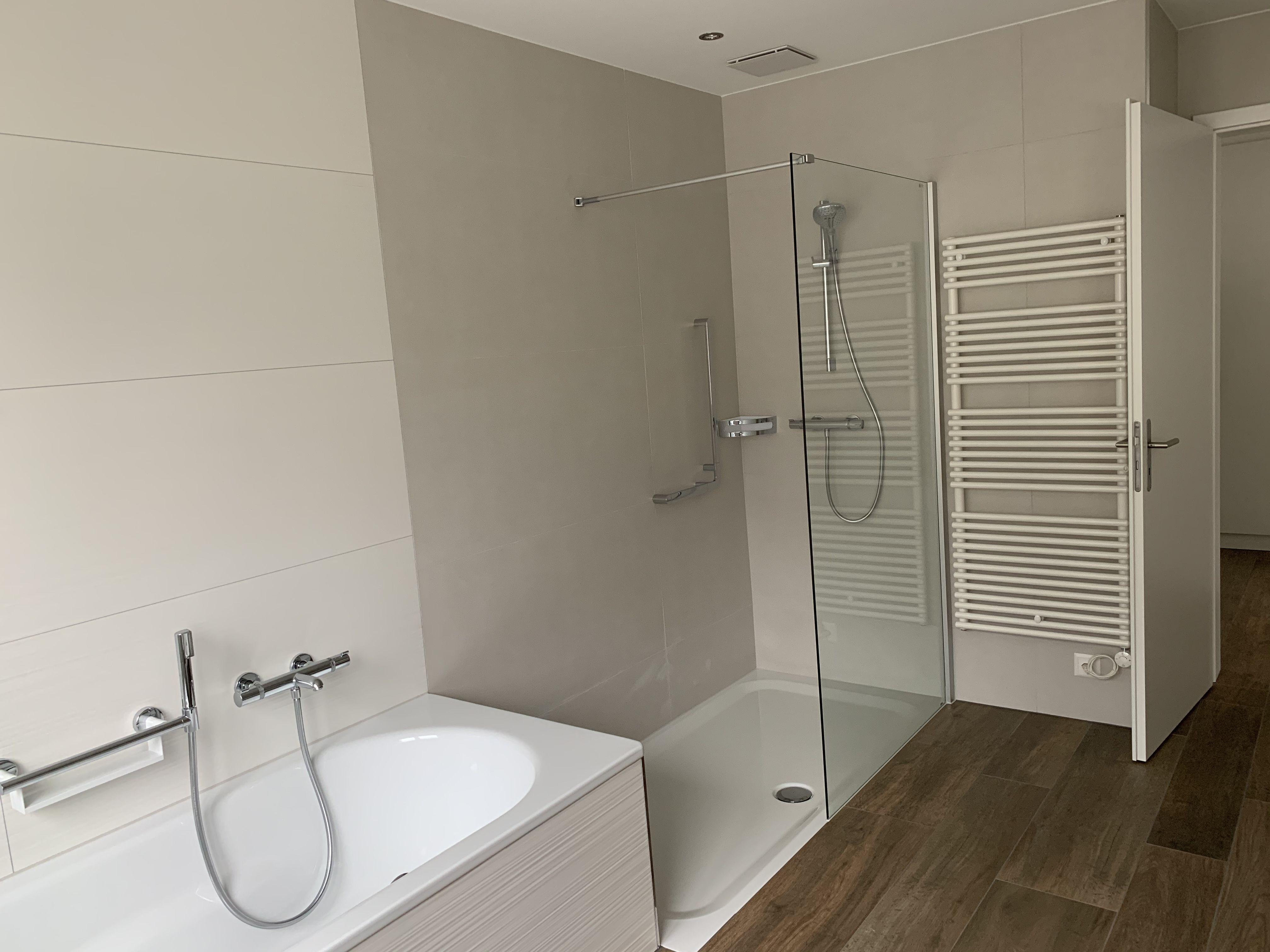 Feinsteinzeug In 2020 Moderne Badezimmermobel Plattenwande Badausstellung
