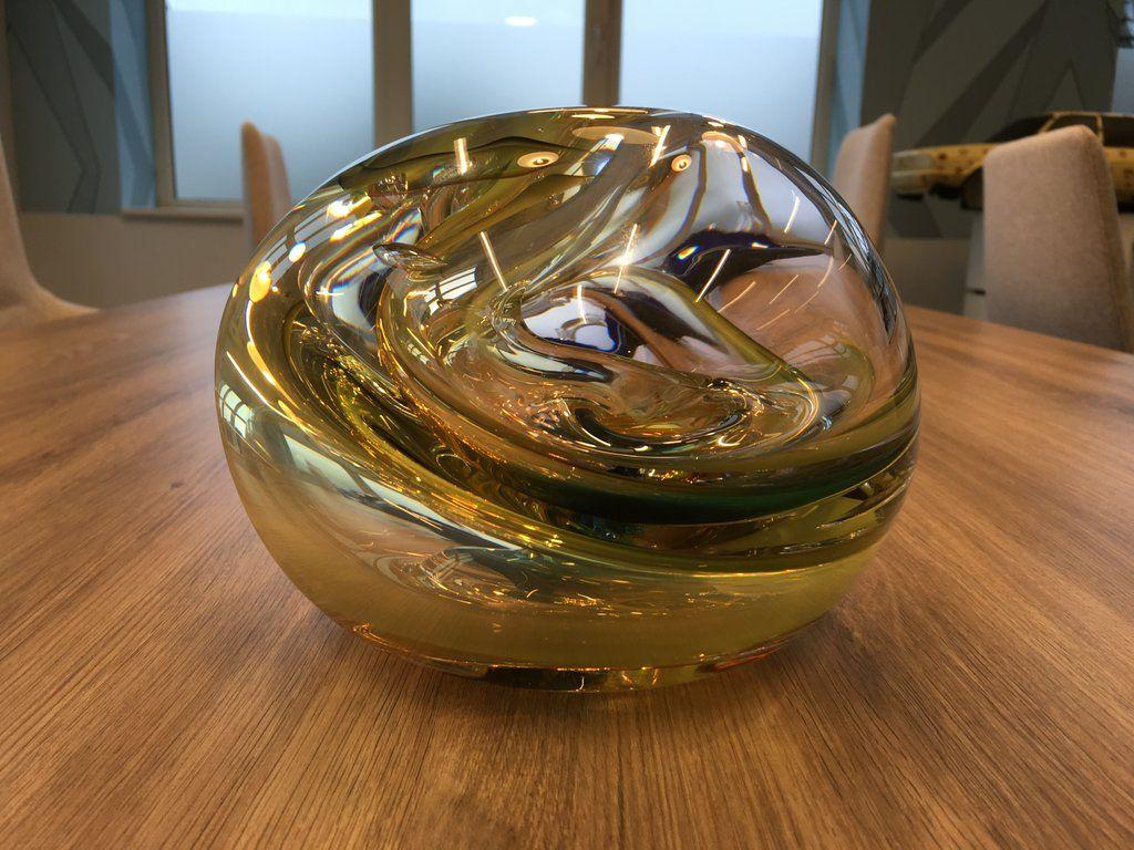 Hij staat op z'n plek! De magische glazen bol, kado van CvdK Cornielje bij officiële opening gemeentehuis #Zevenaar. Dinsdag 31 mei 2016. Via twitter @Zevenaar