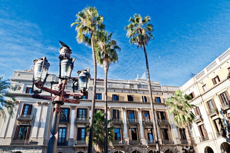 La farola obra de #Gaudí de la Plaza Real de #Barcelona, que nace en ...