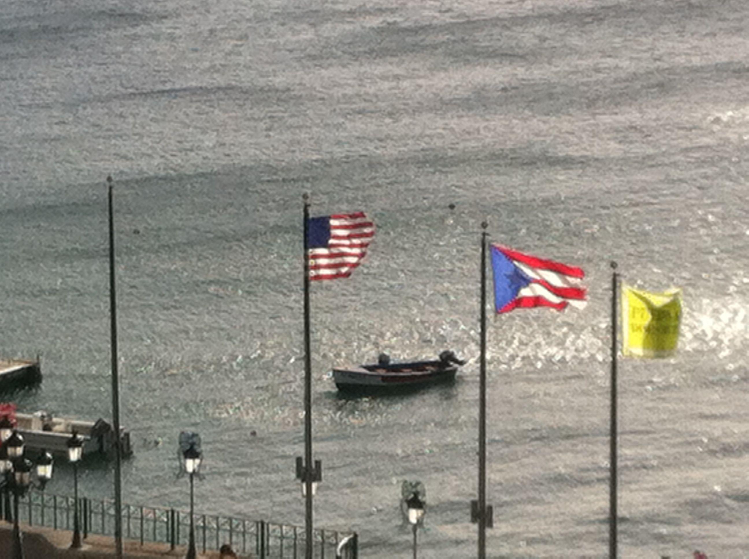 Las banderas contemplan el mar
