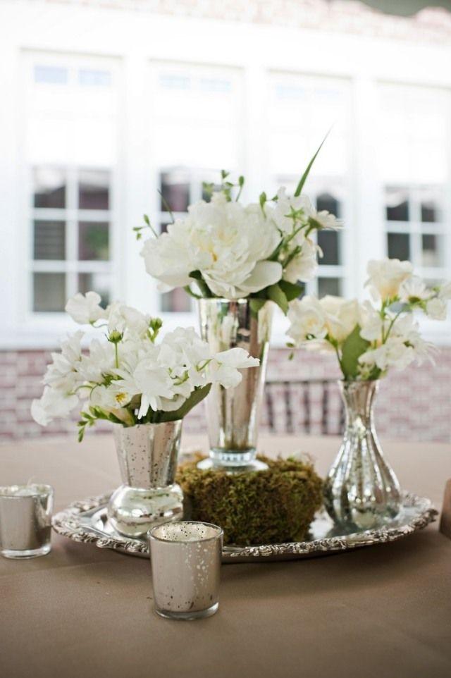 garten hochzeit frühling tischdeko weiße blumen silbernes tablett - Deko Gartenparty Grun