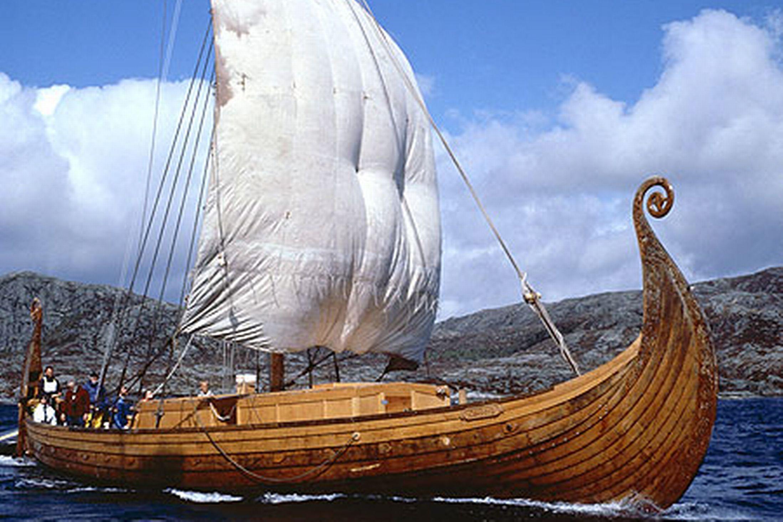 Beautuful woodwirk longboat | warrior's paraphernalia | Pinterest ...