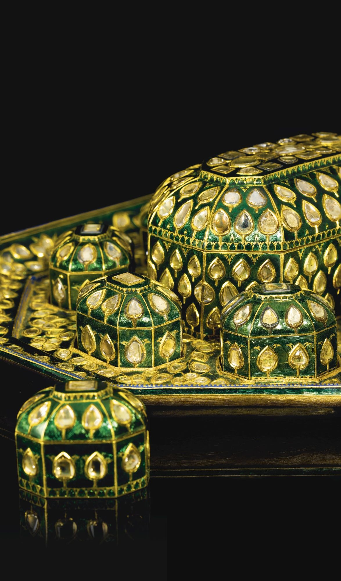 AN EXCEPTIONAL DIAMOND-SET AND ENAMELLED GOLD TRAY AND CASKET (PANDAN), NORTH INDIA, 18TH CENTURY. comprising a gold, eight-sided tray featuring a large, domed box fitted in the centre surrounded by eight small boxes, the surface covered with a bright green enamel ground and flat-cut diamonds set in the kundan technique designed as flowers and leafy buds