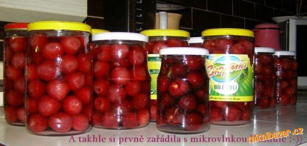 Sklenice naplňte do tří čtvrtin očištěným ovocem bez náznaku hniloby, mírně je stlačte a přisypte cu...