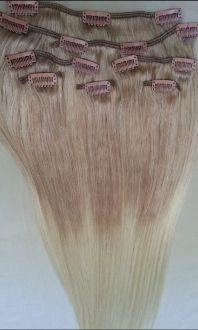 Clip in extensions 18 Mørk blond i bunn, platina blond 613 i lengdene.  Deler: 7 Clips: 14 Lengde: 50cm Vekt: 90 gram Kvalitet: 100% mennehår