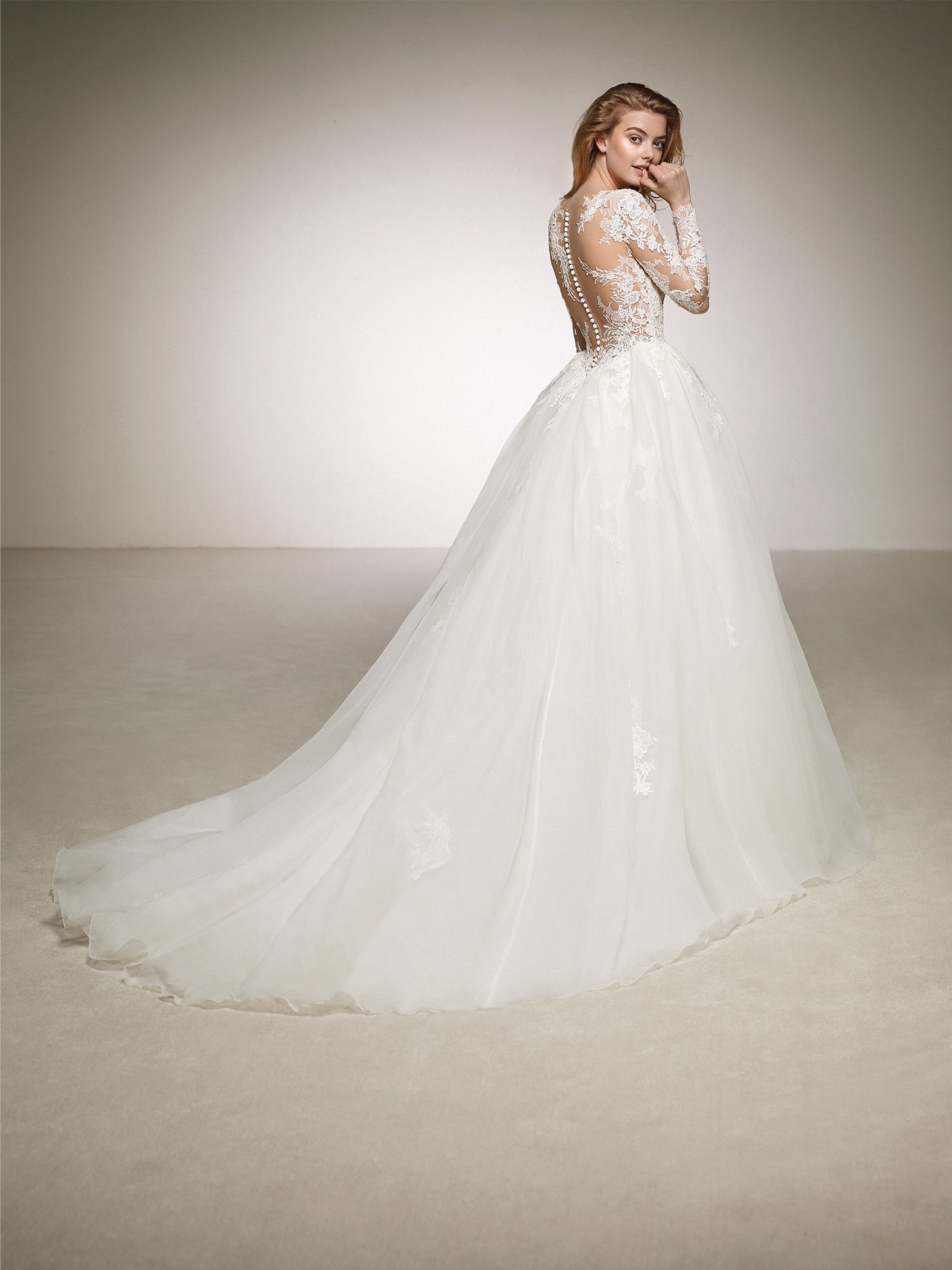 450c4a5e14 ... sleeve illusion bodice with lace appliqués. Spectacular wedding dress  full of contrasts. DINTEL