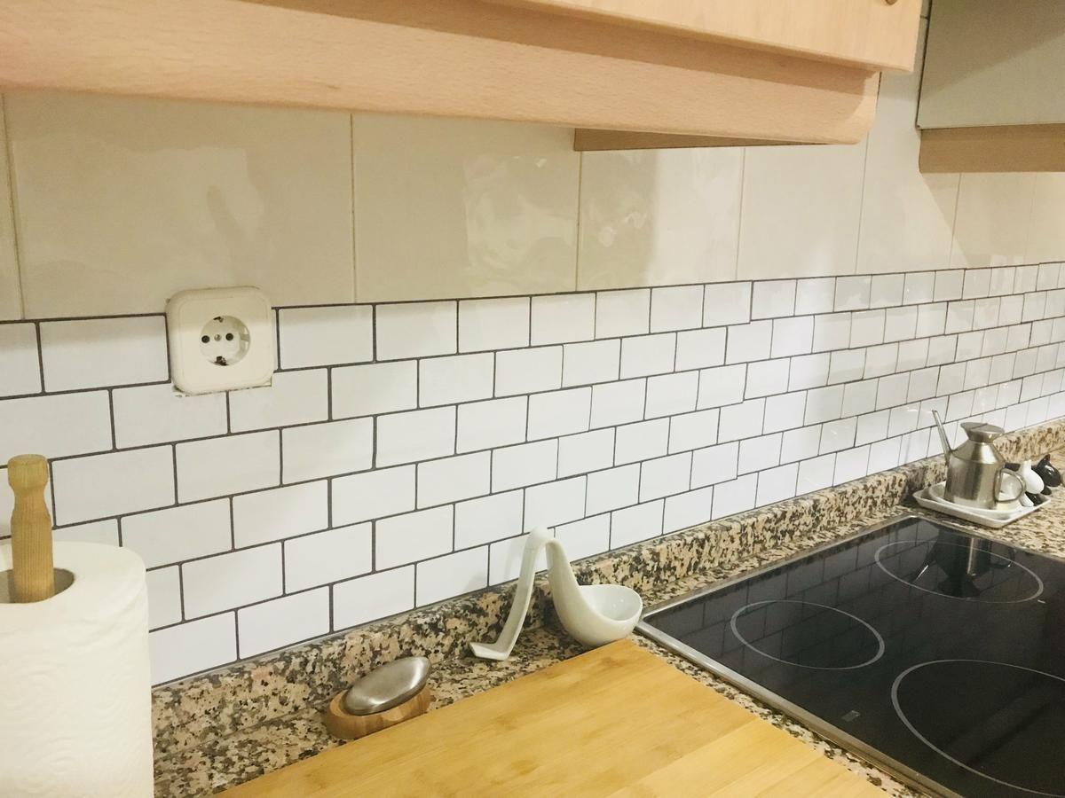 Diy cambia tus azulejos con papel vin lico sin obras - Papel vinilo para cocinas ...