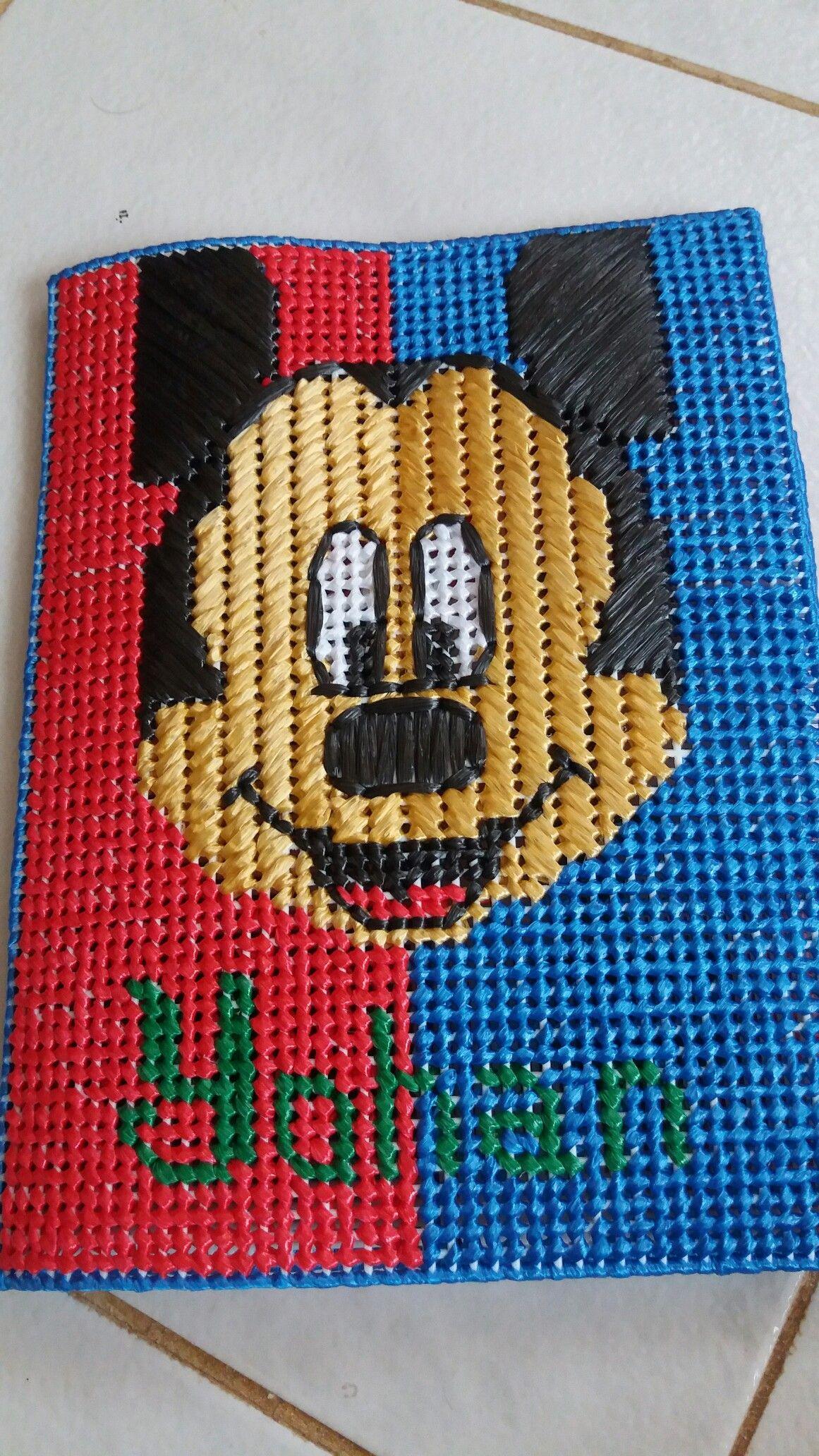 Tarjetero Ajetreo de Mickey Mouse hecho en Plastic Canvas | Canva ...