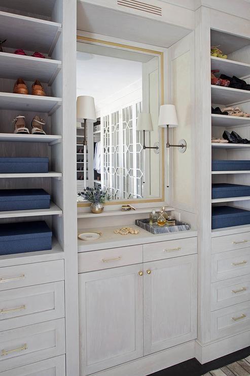 Best Luxurious Walk In Closet Features A Built In Vanity 640 x 480