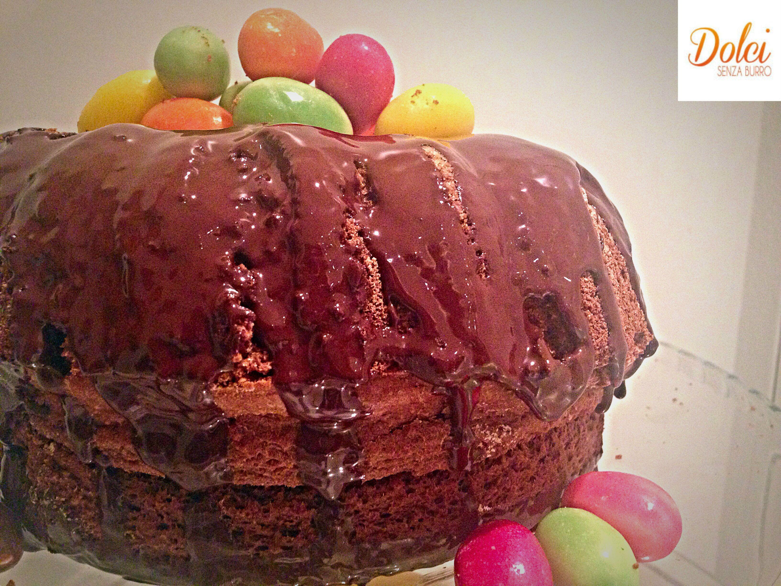 La Torta di Pasqua Senza Burro è realizzata da un semplice ciambellone al cioccolato senza uova e burro simile a un nido pasquale decorato con gli ovetti!