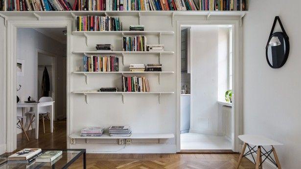 Een kleuraccent in huis met een grote boekenkast 2 neten