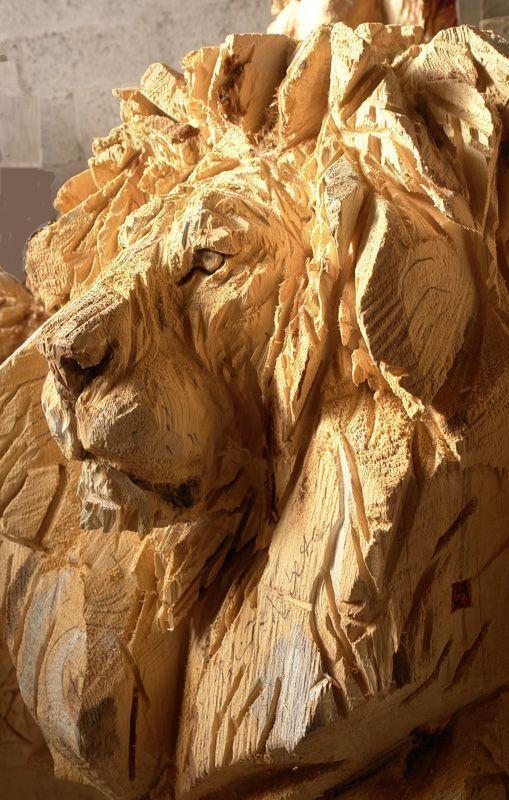 Lion' wooden sculpture made by a chainsaw. Artist: Jürgen Lingl-Rebetez.
