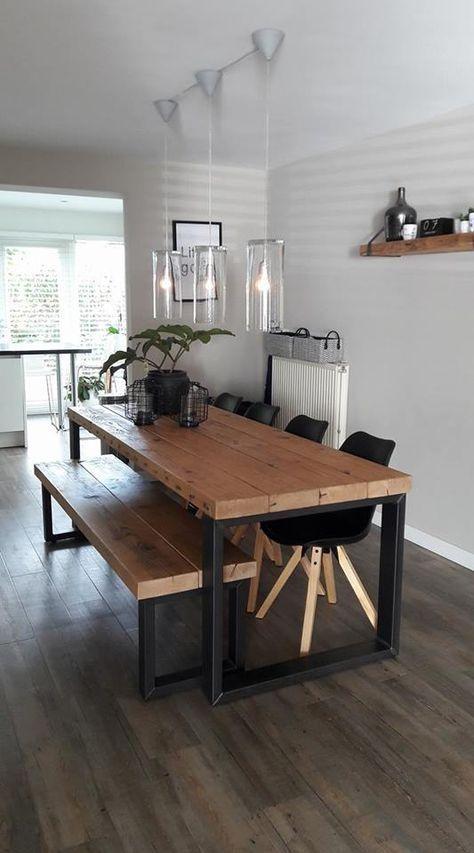 Esstisch und Bank aus Holz und an der Wand das robuste