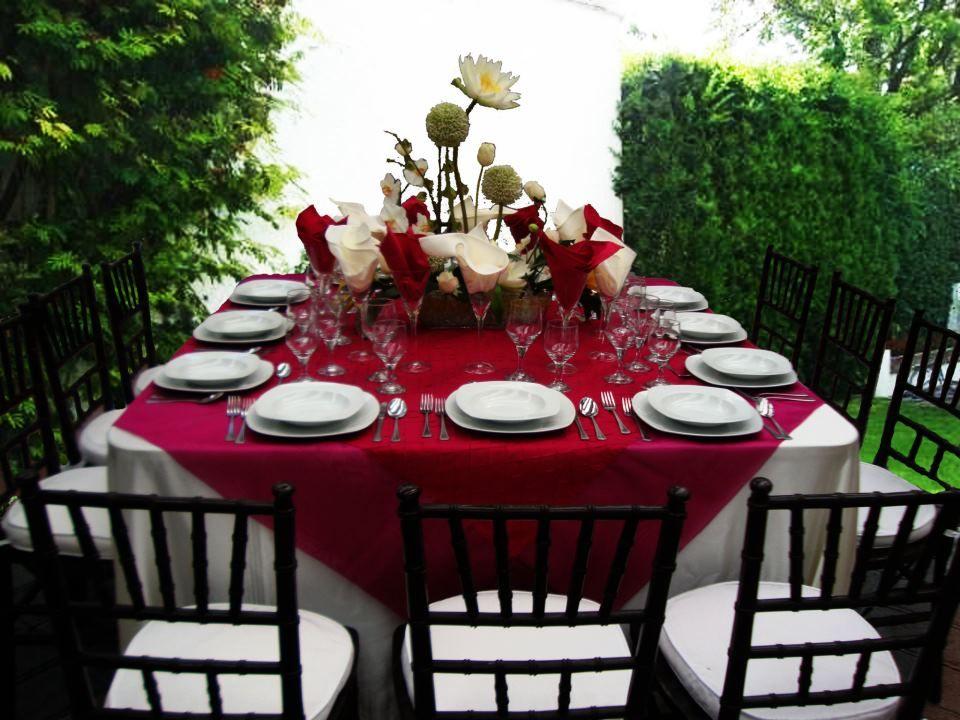 Mesa cuadrada con mantel color magenta cubremantel for Manteles de mesa cuadrada
