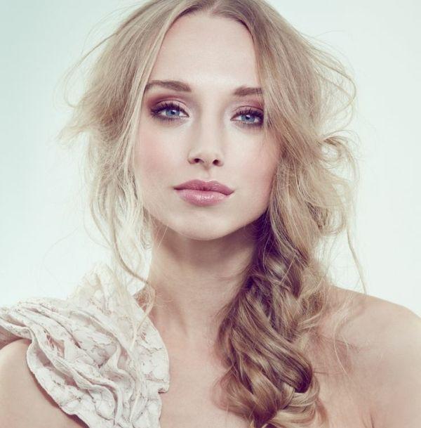 Makeup Ideen Blondes Haar Blaue Augen Lippenstift Lidschatten
