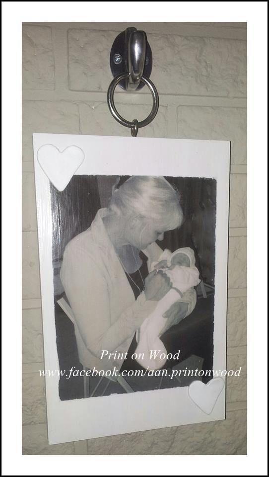 Ook heel leuk....je foto op hout hangend aan een ring en haak!