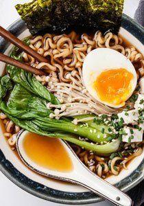 Japanische Küche kann mehr als Sushi. Die besten japanischen Rezepte für Miso Suppe, Sashimi, Umeboshi, Wakame, Dashi, Yakitori, Shabu Shabu und Takoyaki.