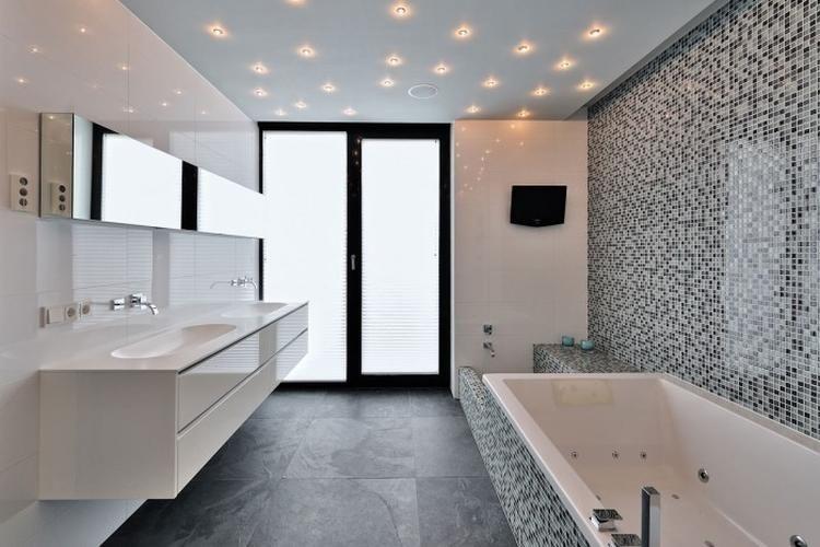 Badkamer Mozaiek Tegels : Mooie badkamer met mozaiek tegels en sterren verlichting in
